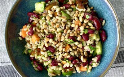 Enkel salat med perlebyg og kidneybønner